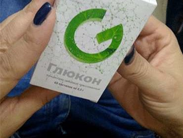 Лекарство Глюкон в руках женщины.
